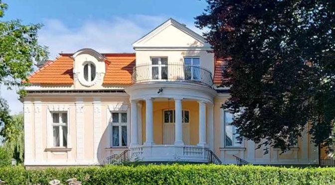 imponujące rozmachem wejście do luksusowego pałacu na sprzedaż kujawsko-pomorskie