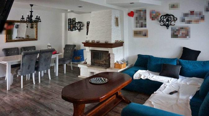 kameralny salon z eleganckim kominkiem w ekskluzywnej rezydencji na sprzedaż Leszno
