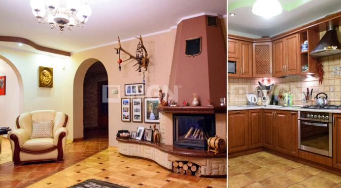 po lewej salon z kominkiem, po prawej kuchnia w ekskluzywnej rezydencji do sprzedaży Radomsko