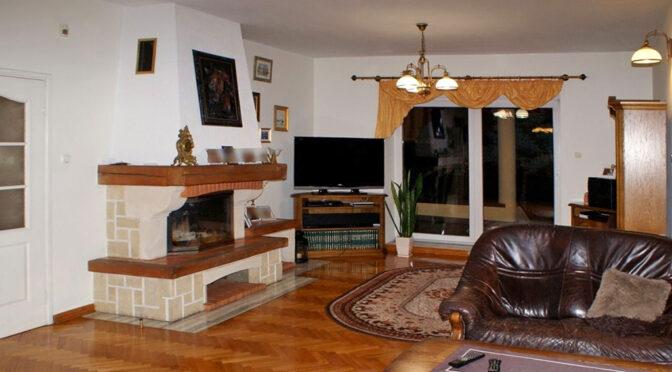 stylowy salon z kominkiem w ekskluzywnej rezydencji na sprzedaż Konin (okolice)