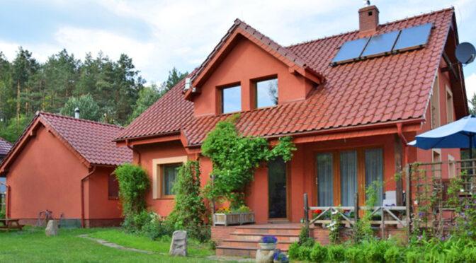 widok od strony ogrodu na luksusową rezydencję na sprzedaż Słupsk (okolice)