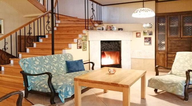 kameralny salon z kominkiem w ekskluzywnej rezydencji na sprzedaż Szprotawa