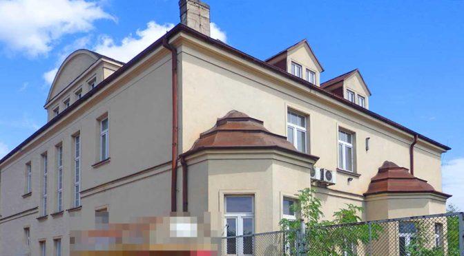 widok od frontu na luksusową rezydencję do sprzedaży Katowice (okolice)