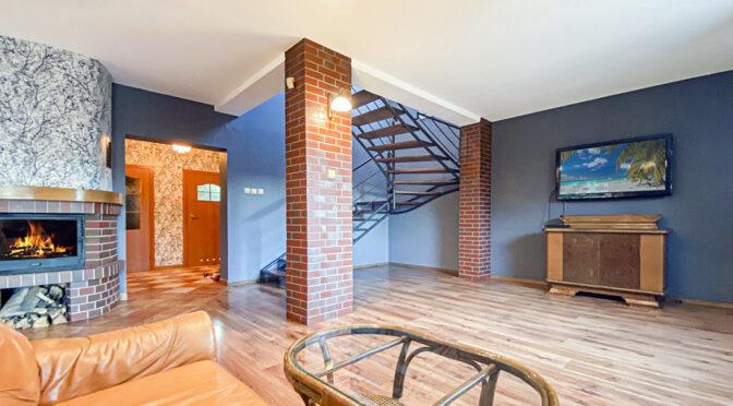 hol z funkcjonalnym rozkładem pomieszczeń w luksusowej rezydencji do sprzedaży Katowice (okolice)