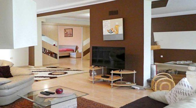 nowoczesny projekt salonu w luksusowej rezydencji do sprzedaży Mazury