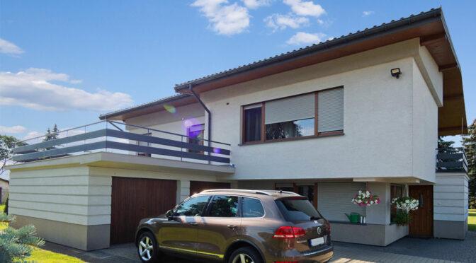 widok od strony ulicy i garażu na luksusową rezydencję do sprzedaży Tarnów (okolice)