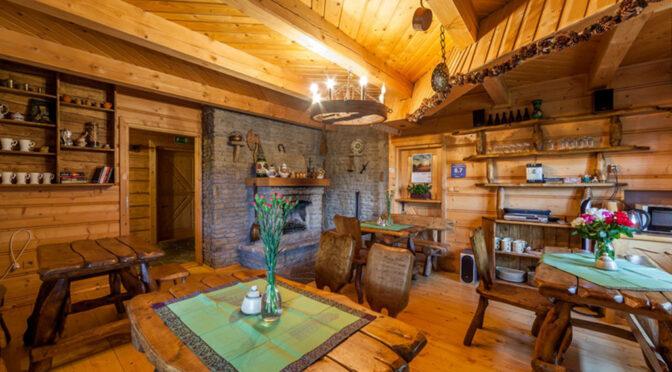 rodzinne, ciepłe wnętrze alonu w luksusowej rezydencji do sprzedaży Ustroń
