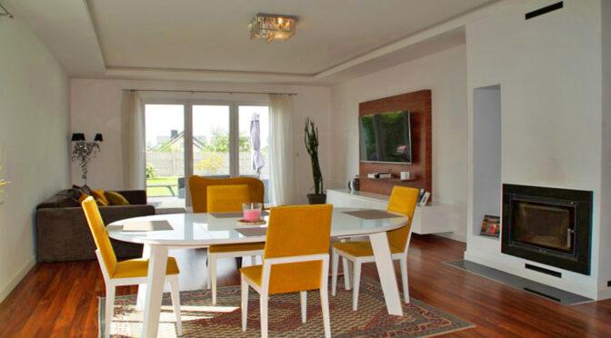 na pierwszym planie jadalnia, w oddali salon w ekskluzywnej rezydencji do wynajęcia Słupsk (okolice)