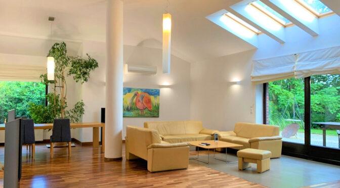 po lewej salon, po prawej taras przy luksusowej rezydencji na sprzedaż Wrocław (okolice)