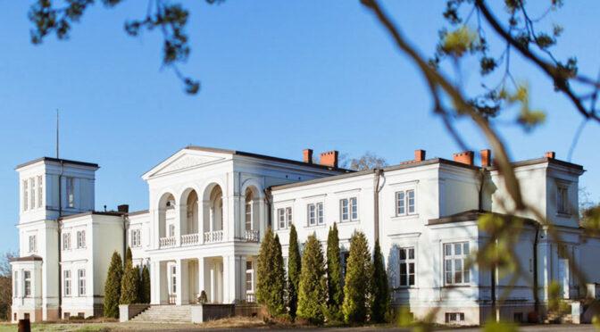 frontowa elewacja luksusowego pałacu na sprzedaż Wielkopolska