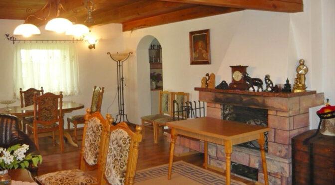 kameralny salon z kominkiem w ekskluzywnej rezydencji na sprzedaż Kwidzyn
