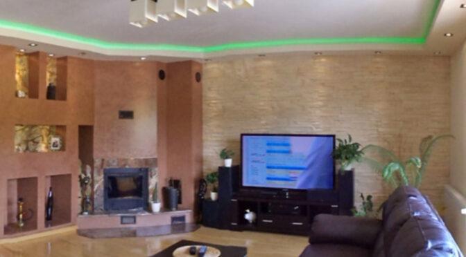 nowoczesne oświetlenie w salonie luksusowej rezydencji na sprzedaż Mazury