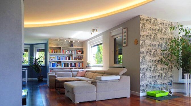 efektowne oświetlenie w salonie luksusowej rezydencji na sprzedaż Mazury