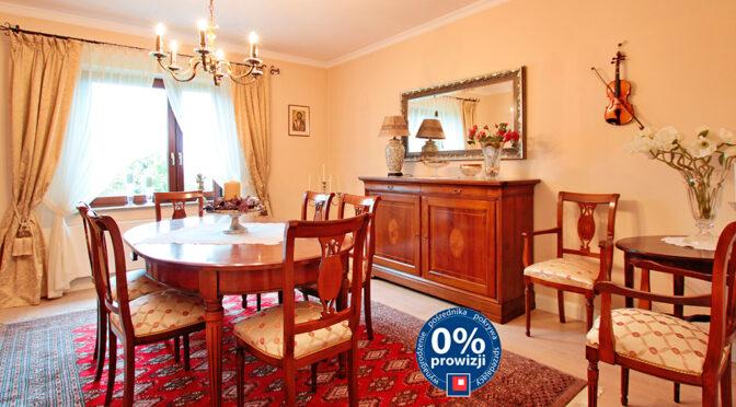 wytworny i stylowo umeblowany salon w ekskluzywnej rezydencji na sprzedaż Poznań (okolice)