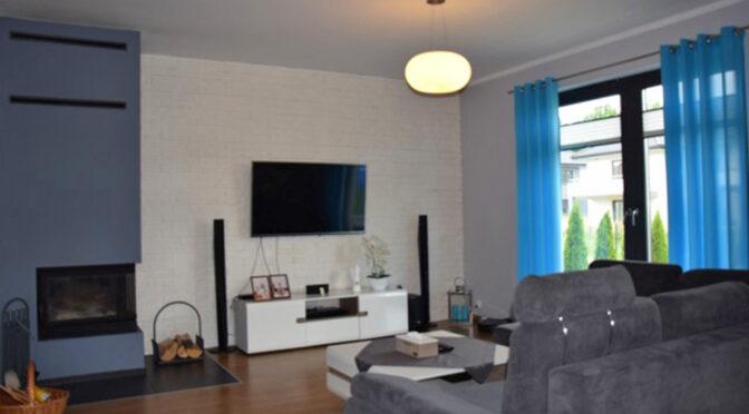 zaaranżowany w minimalistycznym stylu salon w ekskluzywnej rezydencji na sprzedaż Ustka (okolice)