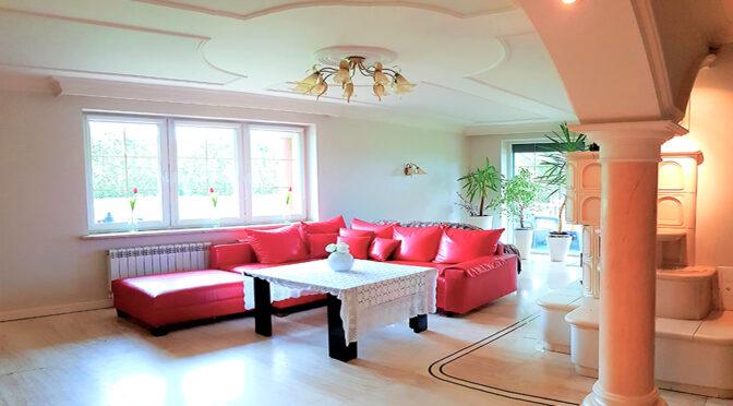 wytworny salon z kolumnami w luksusowej rezydencji do sprzedaży Cieszyn (okolice)