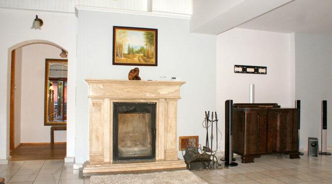 zbliżenie na stylowy kominek w salonie luksusowej rezydencji do sprzedaży Legnica (okolice)