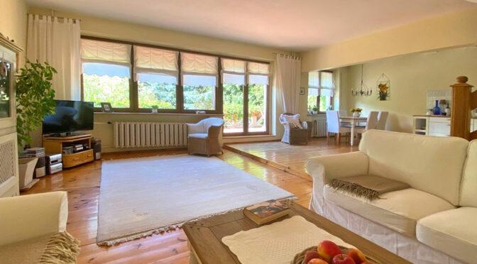 przestronne wnętrze salonu w ekskluzywnej rezydencji do sprzedaży Szczecin (okolice)