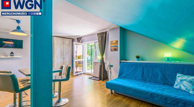 ciekawa, seledynowa kolorystyka salonu w ekskluzywnej rezydencji do sprzedaży nad morzem