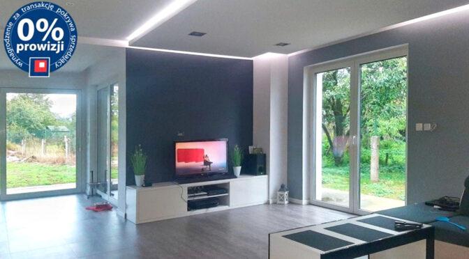 nowoczesne wnętrze salonu w luksusowej rezydencji na sprzedaż Leszno (okolice)