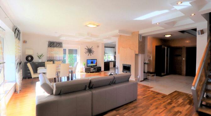 komfortowy pokój dzienny w ekskluzywnej rezydencji na sprzedaż Cieszyn (okolice)