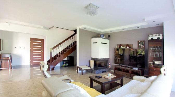 pokój gościnny z kominkiem w luksusowej rezydencji na sprzedaż Legnica (okolice)