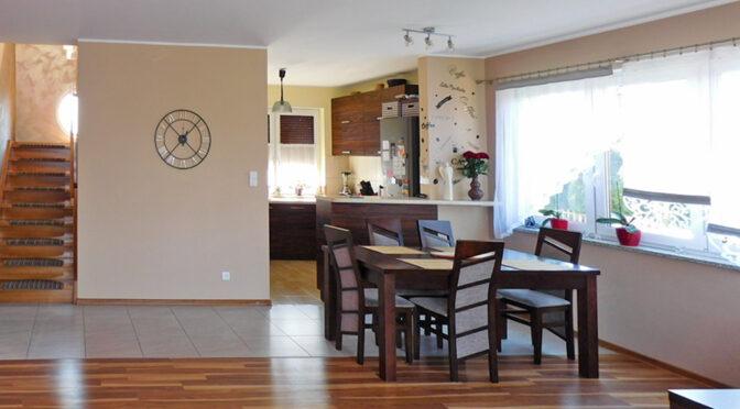 widok z salonu na aneks kuchenny i jadalnię w ekskluzywnej rezydencji do sprzedaży Ostrów Wielkopolski