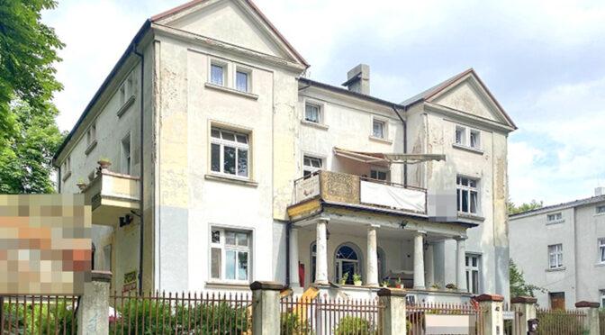 widok od frontu na elewację kamienicy, gdzie znajduje się oferowany do sprzedaży ekskluzywny apartament do sprzedaży Inowrocław