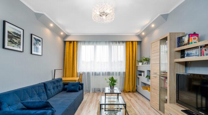 zaprojektowane w nowoczesnym designie wnętrze salonu w ekskluzywnym apartamencie do sprzedaży Poznań