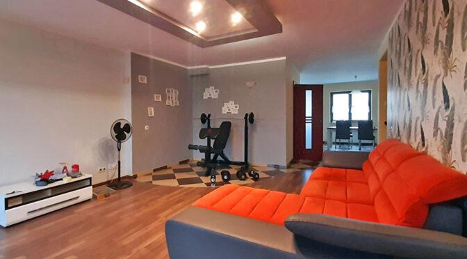 zaprojektowany w nowoczesnym designie salon w ekskluzywnym apartamencie do wynajmu Legnica (okolice)