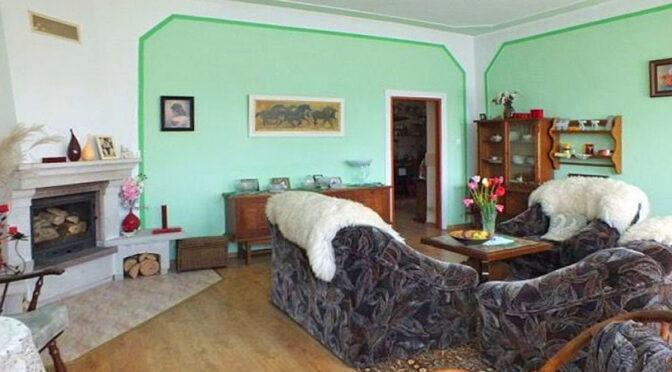 kameralny pokój gościnny z kominkiem w luksusowym dworze do sprzedaży Myszków (okolice)