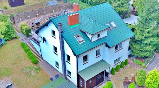 widok z lotu ptaka na okazałą bryłę luksusowej rezydencji na sprzedaż Gorzów Wielkopolski (okolice)