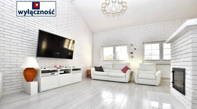 utrzymany w białej tonacji kolorystycznej salon w luksusowej rezydencji na sprzedaż Inowrocław (okolice)