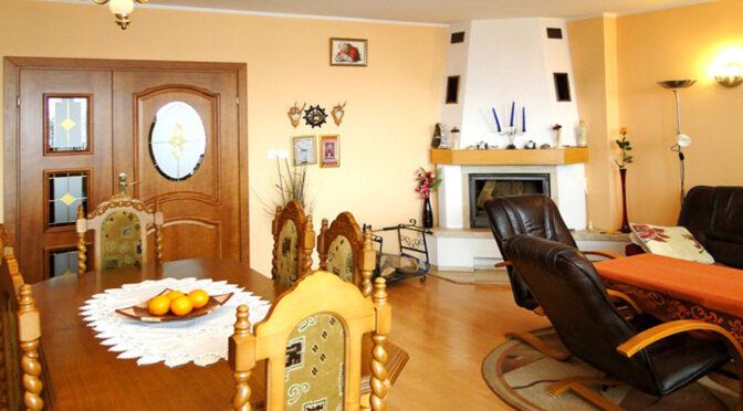 kameralny salon z kominkiem w ekskluzywnej rezydencji na sprzedaż Inowrocław