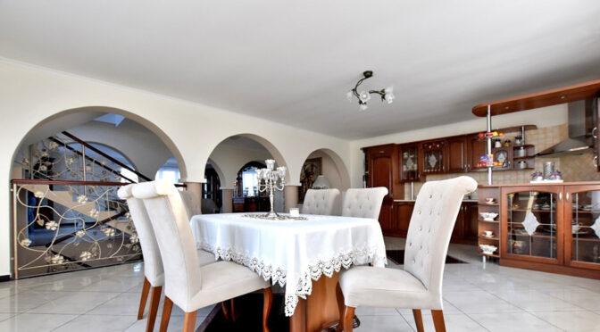 eleganckie wnętrze pokoju dziennego w luksusowej rezydencji na sprzedaż Inowrocław