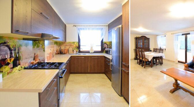 po lewej kuchnia, po prawej salon w ekskluzywnej rezydencji na sprzedaż Suwałki (okolice)