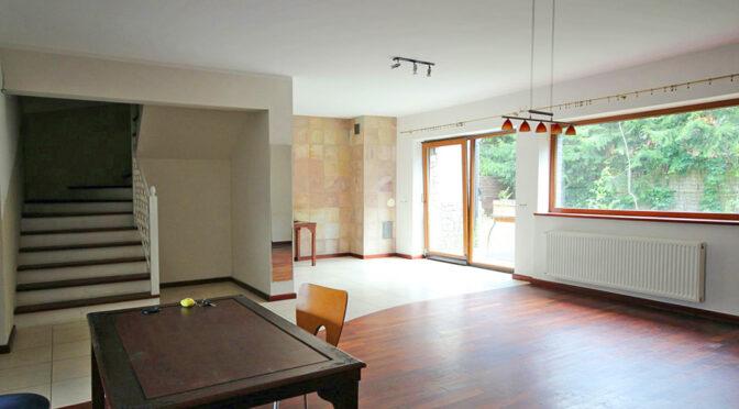 po lewej schody na góry poziom, po prawej salon w ekskluzywnej rezydencji na wynajem Szczecin (okolice)
