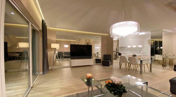 imponujące bogactwem i przepychem luksusowe wnętrze salonu w ekskluzywnej rezydencji na wynajem Szczecin (okolice)
