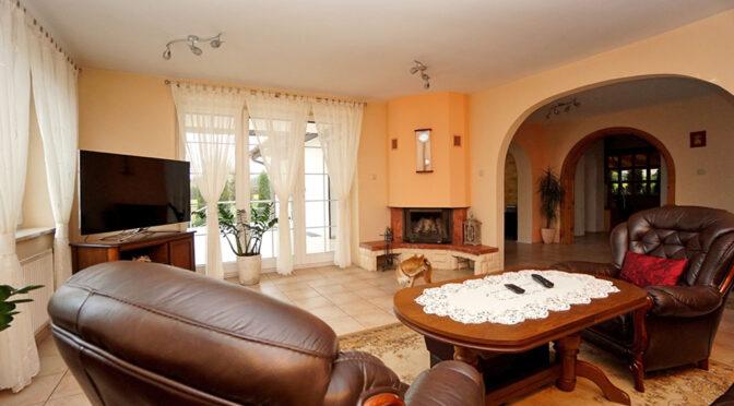 elegancki pokój dzienny z kominkiem w ekskluzywnej rezydencji do sprzedaży Konin