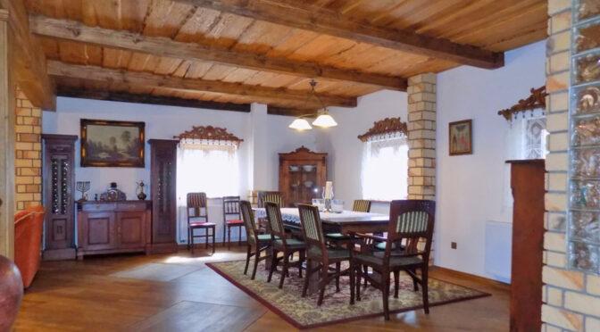 przestronne i słoneczne wnętrze salonu w luksusowej rezydencji do sprzedaży Mazury