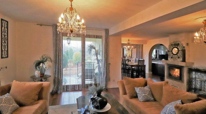 imponujące przepychem i bogactwem wnętrze salonu luksusowej rezydencji do sprzedaży Ustroń