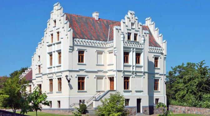 imponująca rozmachem i bogactwem bryła luksusowej rezydencji do sprzedaży Wrocław (okolice)