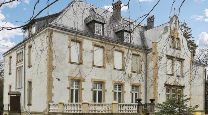 frontowa elewacja luksusowej rezydencji do sprzedaży Żary (okolice)