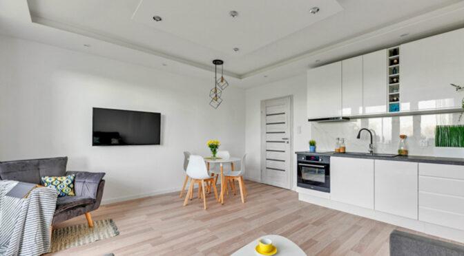 widok z salonu na kuchnię w luksusowym apartamencie na sprzedaż Gdańsk