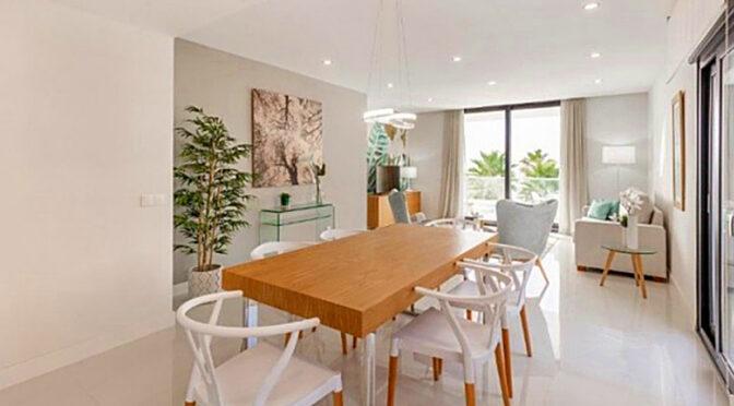na pierwszym planie elegancka jadalnia w luksusowym apartamencie na sprzedaż Hiszpania (Costa del Sol, Kadyks)