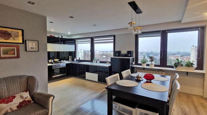 widok z salonu na aneks kuchenny w ekskluzywnym apartamencie na sprzedaż Kalisz