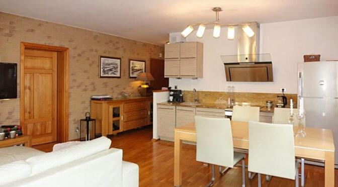widok z salonu na aneks kuchenny w ekskluzywnym apartamencie na sprzedaż Toruń (okolice)