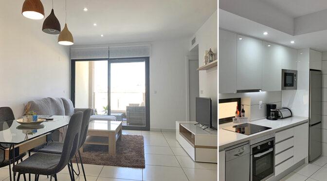 po lewej prestiżowy pokój dzienny, po prawej kuchnia w ekskluzywnym apartamencie do sprzedaży Hiszpania (Villamartin, Alicante)