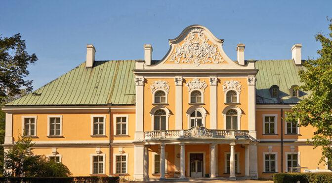 frontowa elewacja luksusowego pałacu na sprzedaż Poznań