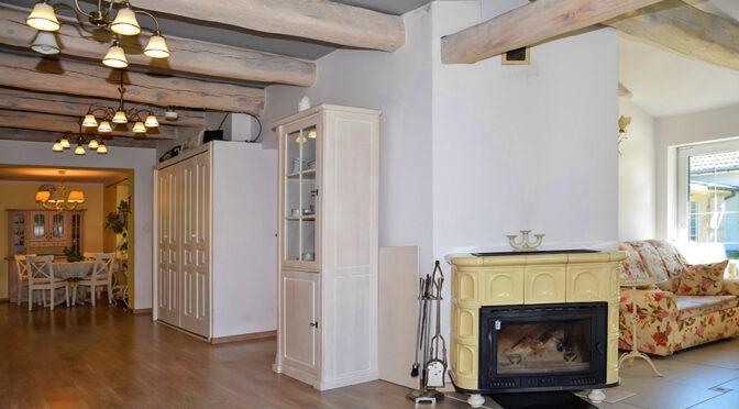 zbliżenie na kominek w salonie ekskluzywnej rezydencji na sprzedaż